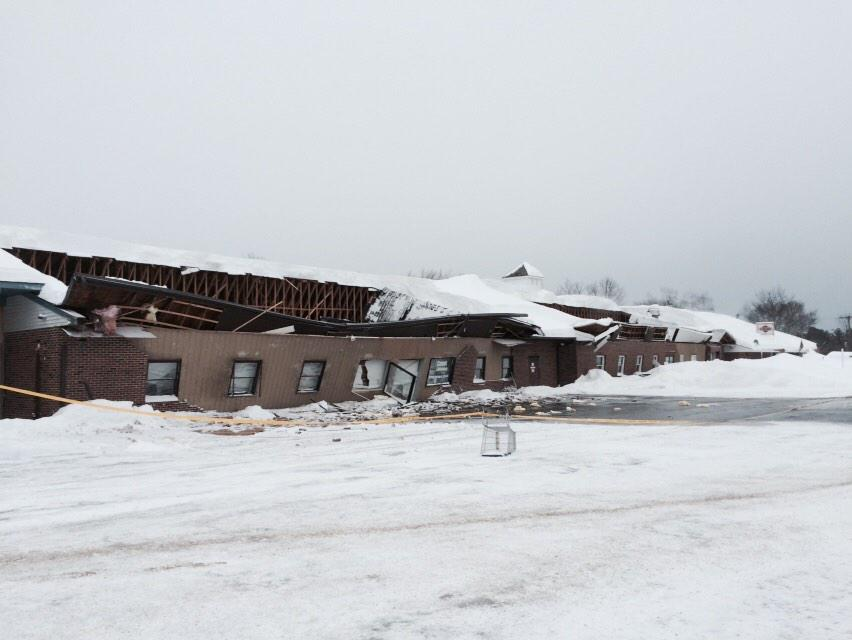 "Wow-> ""@RayBrewerWMUR: Roof collapsed in seabrook heavy snow suspected #wmur http://t.co/jhmty9kqEU"" #nhwx"