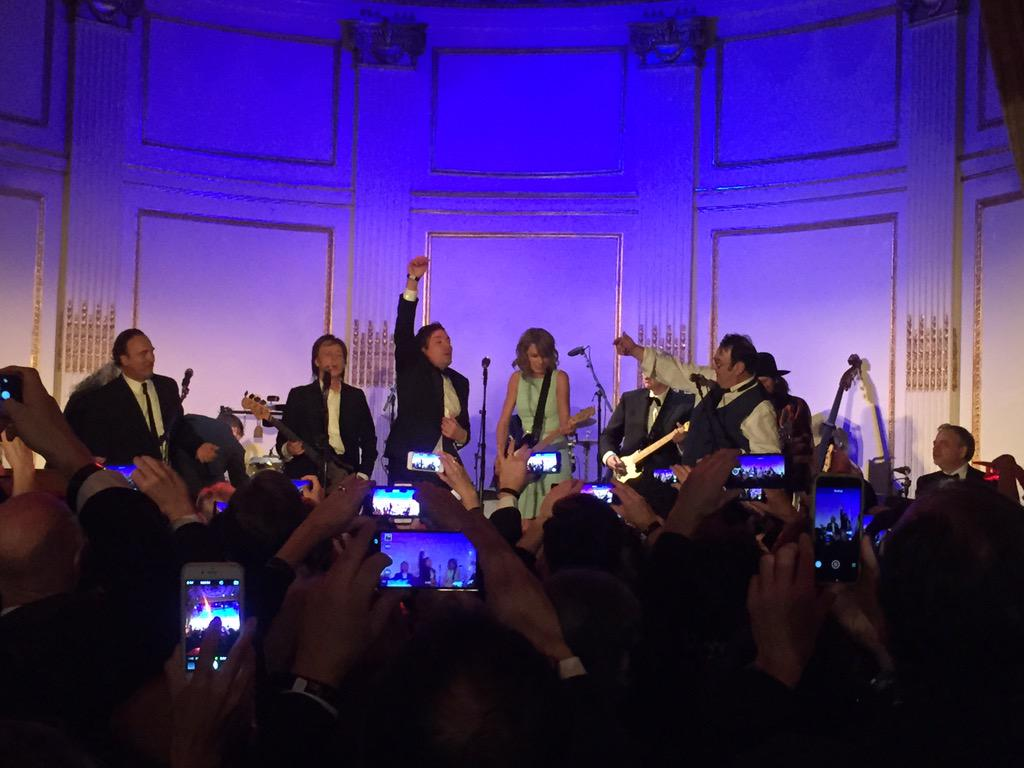 """McCartney Jimmy  Danny Taylor Swift singing """"when I saw her standing there"""". Snl after party. Insane. http://t.co/OWXrjnHtl9"""
