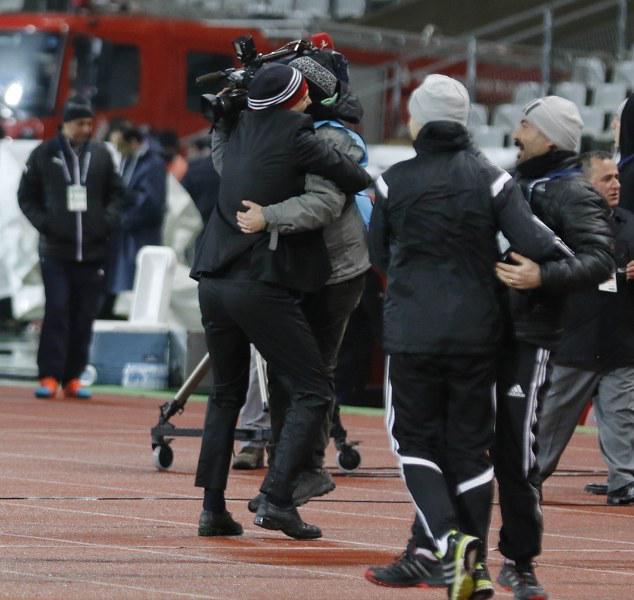 gol attığımızda ne yaparız ... en yakınımızda kim varsa ona sarılırız, Bilic'in gol sonrası kameremana sarılma anı http://t.co/BPn7Pq89GI