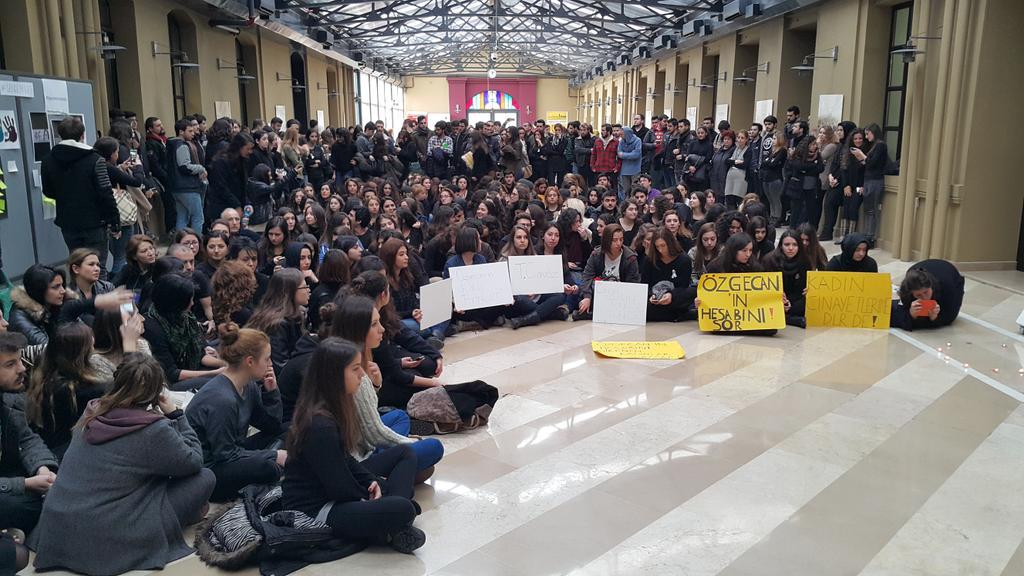 Kadir Has Üniversitesi'nde #OzgecanAslan cinayeti ve kadına karşı şiddet protesto ediliyor. http://t.co/LcqUFcnEJi http://t.co/ZD2DRXzReQ