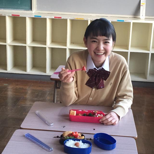続いて、ふたつめ。  kamo_sakuさんの投稿  教室にて、小さい弁当を広げ可愛いタコさんウィンナーをアーンとしてくるわかなちゃん。  フォークではなく、おはしになっちゃいましたが破壊力バツグン!  #葵わかな http://t.co/zQrKRDXZHo