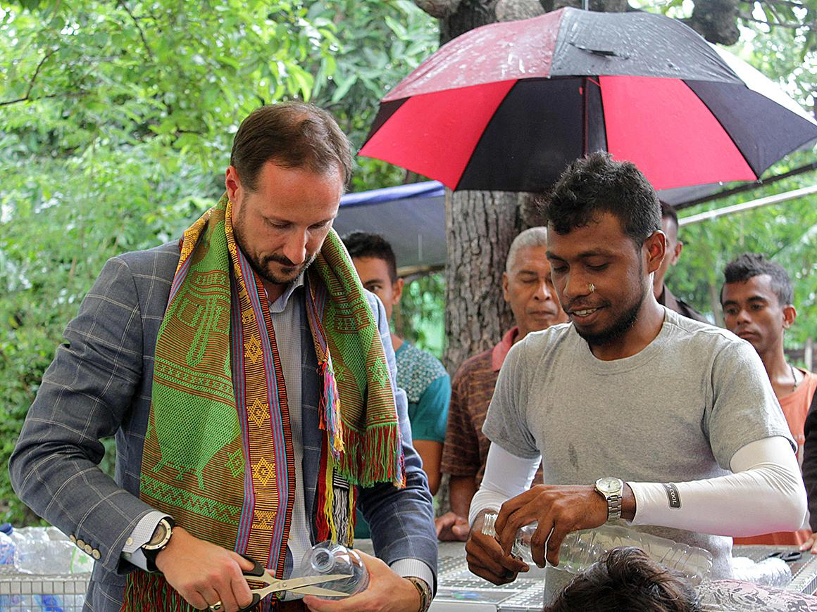 Recycling creates jobs to fight poverty. Crown Prince Haakon with @UNDPTimorLeste checking up on #MDGs http://t.co/Wm4MtLgJi9