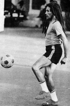 Erkennt Ihr diesen tollen Fussballer? Er wäre heute 70 Jahre alt geworden...HAPPY BIRTHDAY BOB MARLEY !!!