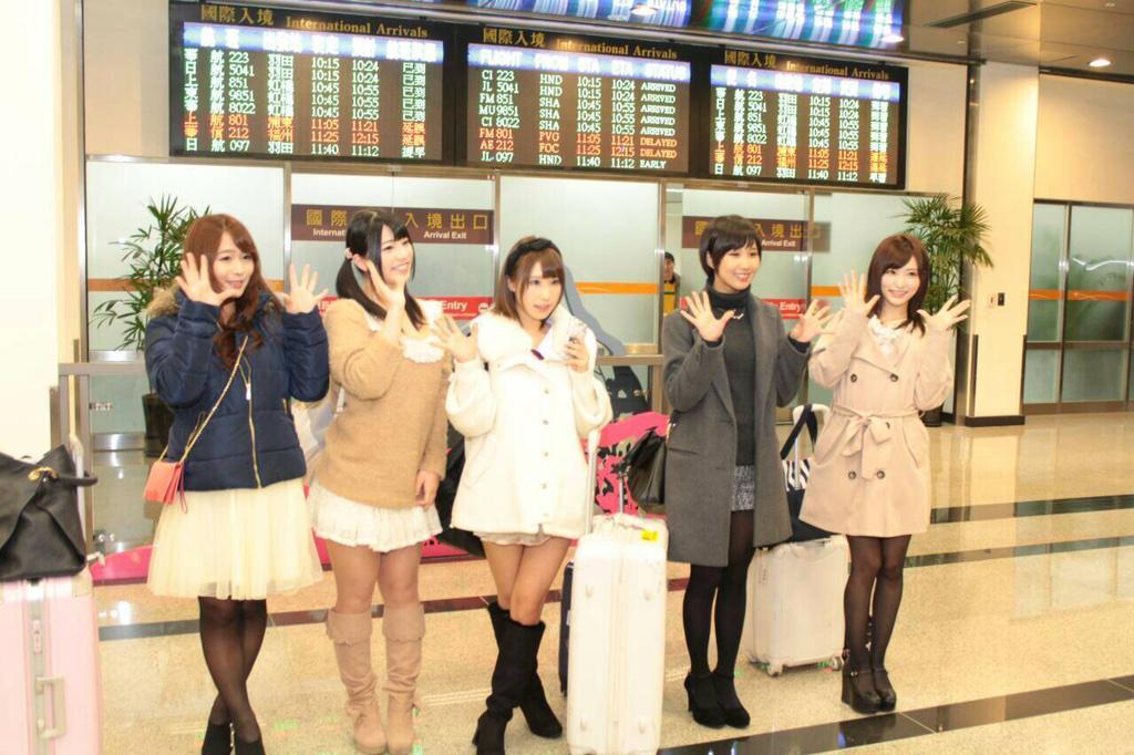 白石媽媽(最左)領軍,上原亜衣、あやみ旬果、湊莉久與天使もえ來台灣了。 http://t.co/72Y8IUDRbY