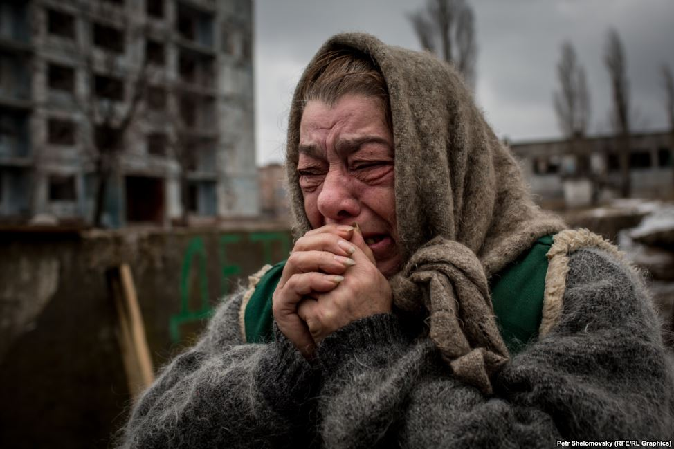 This is eastern #Ukraine: woman says goodbye to her family as she's evacked from Debaltseve. http://t.co/ZfgT4plWKL http://t.co/sty8s7qzAo