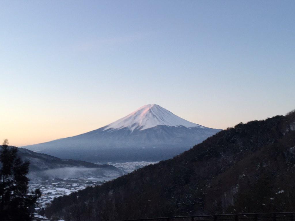 今の富士山。  河口湖付近の峠から。  素晴らしく綺麗! http://t.co/NfrKNPhM4J