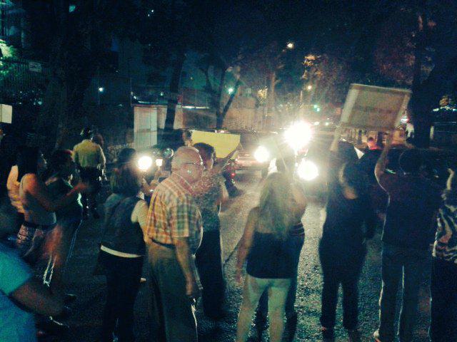 #Protesta de vecinos de #LaUrbina contra la #inseguridad (cc @RedLaUrbina) http://t.co/6HUDYxcM5M