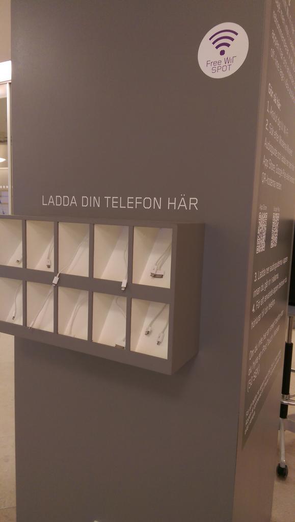 Une borne à smartphones + wifi pour télécharger appli de visite  au  @ModernaMuseet http://t.co/mMvoPsJGBu