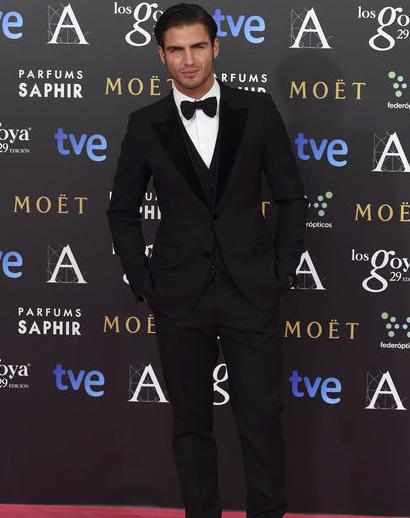 Maxi Iglesias llega con este traje de Dolce&Gabbana. No hace falta añadir nada más. #Goyas2015 http://t.co/ohUqMQjk5o http://t.co/uItoNhIQD7