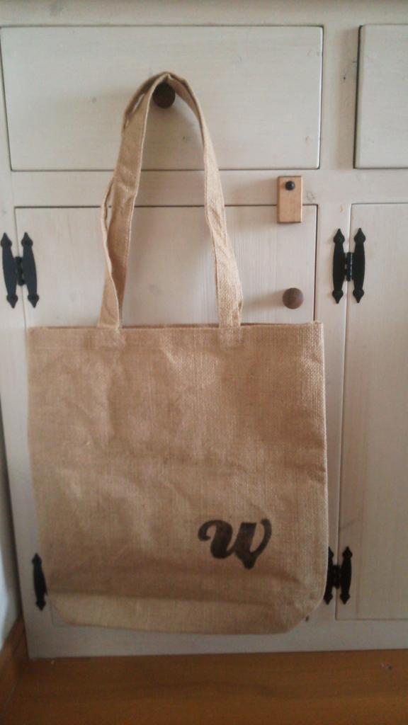 大きい鞄にもステンシルしてみました。ちなみに鞄はセリアで買いました(笑) http://t.co/s7FGdP7xJm
