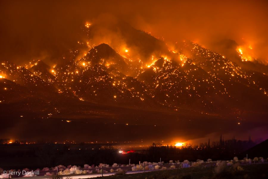 Looks like a volcano, but this is the 7,000 acre #RoundFire Friday night in Inyo County. Photo by @DodrillPhoto http://t.co/Qob6vapQWT