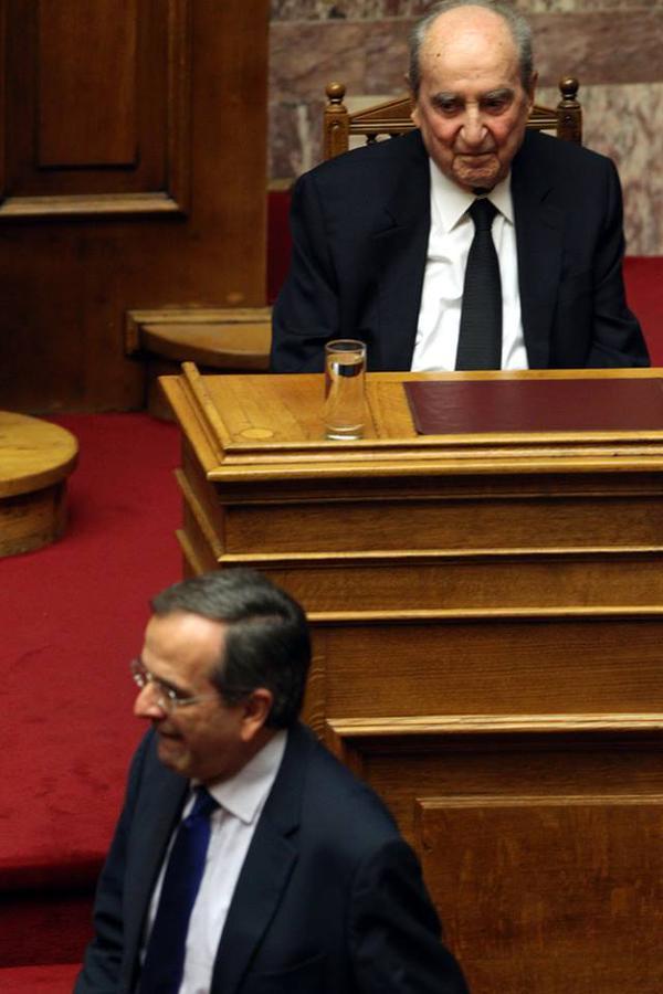 Θα κάνει καιρό να ξαναπατήσει στη Βουλή με την τρομάρα που πήρε. (φωτό @lolosmarios) http://t.co/MMhiUXYZ3h