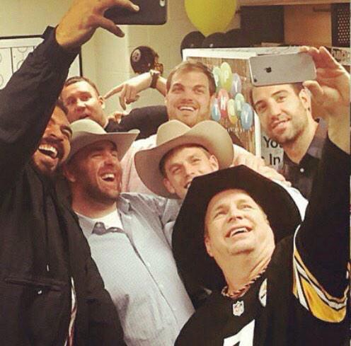 Selfie time with @garthbrooks! @bkeisel99 @_BigBen7 @MattSpaeth89! Thanks to Mrs.@CamHeyward for the great pic. http://t.co/amHyeSPUwG