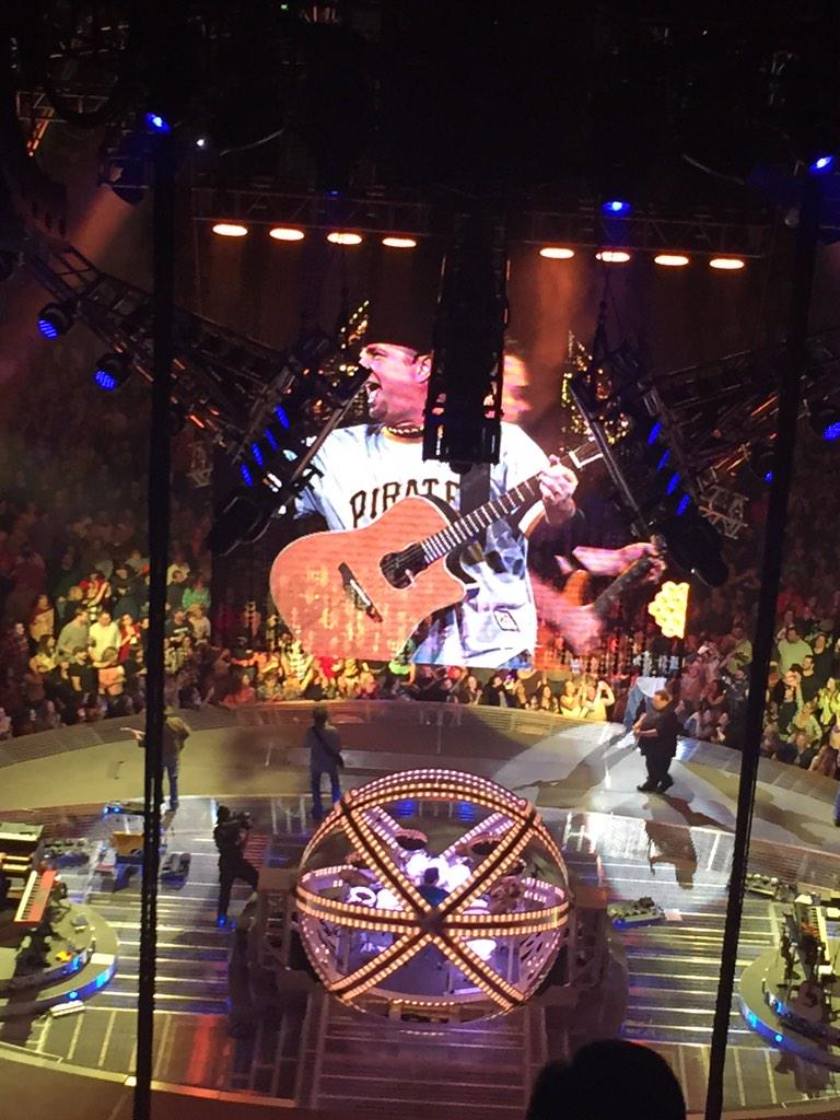 """@ElistaB: .@garthbrooks jumps out in a @Pirates #Clemente jersey to close out his tour in #Pittsburgh #Y108Garth http://t.co/8X6aWT8vuF"