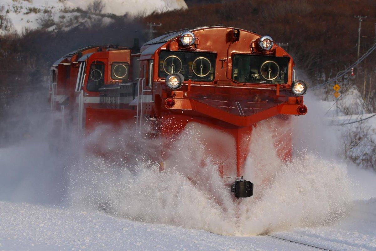 2/4、いよいよ稚内から毎年恒例のラッセル追っかけ。2日間雪が降らず予想通り回雪状態で現れたが切り位置直前でウィングを開き大勝利となった。 http://t.co/DEwZ1H95Jx