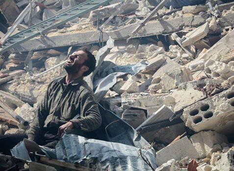 مدينة #دوما_تباد ويموت المئات ولا يتحرّك هذا العالم المنافق الذي راح يذرف دموعه النتنة على ١٢ شخص فرنسي! وا حرّ قلباه http://t.co/sUuJSsh8pH