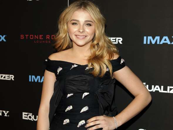 Happy 18th @ChloeGMoretz! Don't miss how adorable Chloe was just ten years ago... http://t.co/xuNBiEEou8 http://t.co/5jvTzt15Qh