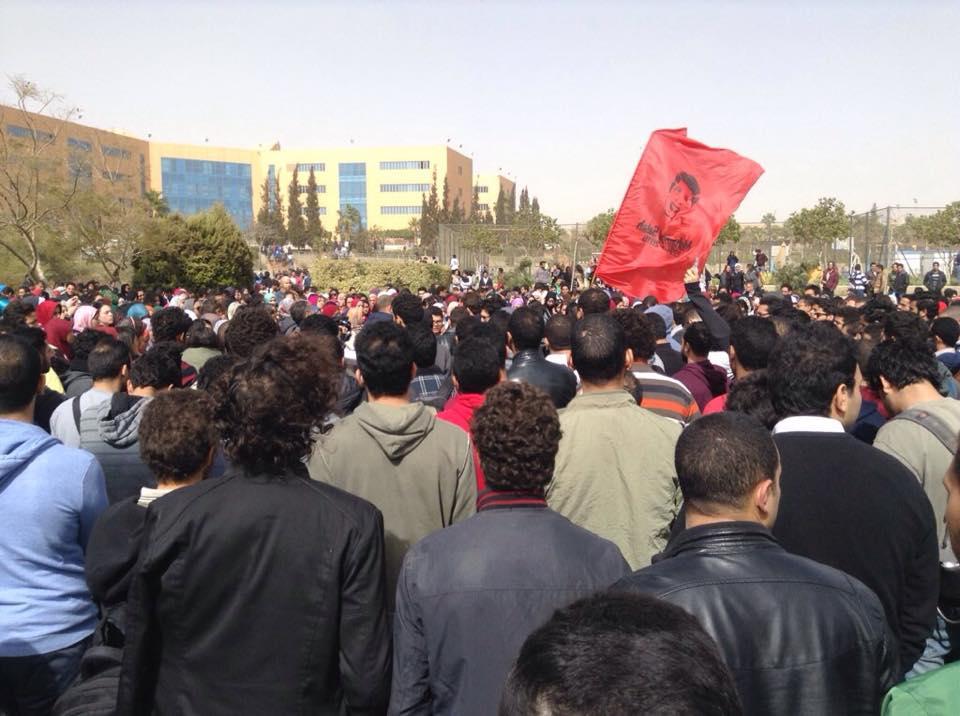 وقفة و مسيرة للتنديد بمقتل محمد صلاح في احداث استاد الدفاع الجوي. و مطالب ببناء نصب تذكاري للشهداء الثلاثة من ال #GUC http://t.co/a6Tozy5Nvc