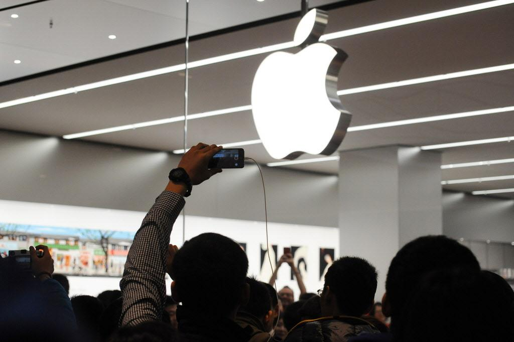 Apple just made history again! (Photo: Getty): http://t.co/8ZcNKl3a1W $aapl http://t.co/la9n0o2Bzp
