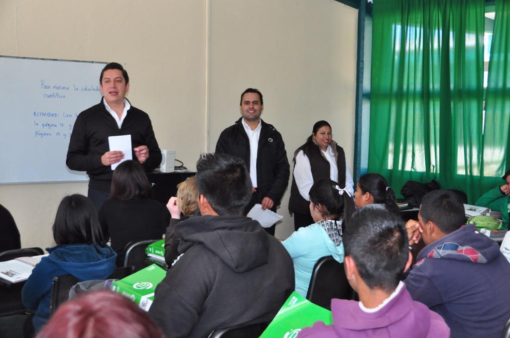 COBAED (@COBAEDoficial): Visita @chuycabrales los grupos del plantel Vicente Gro en #Gira2015 #SólolosMejores @DavidSierra_ #EducamosGanadores http://t.co/F5fCyeTkGb