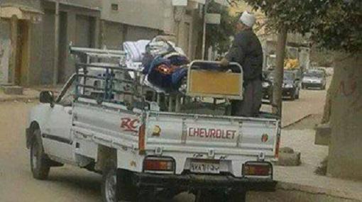 عربية نص نقل بتنقل مريض بدل الاسعاف .. انا فعلا مش عارف مصر هاتورينا ايه تاني! http://t.co/6kS0XFADMC