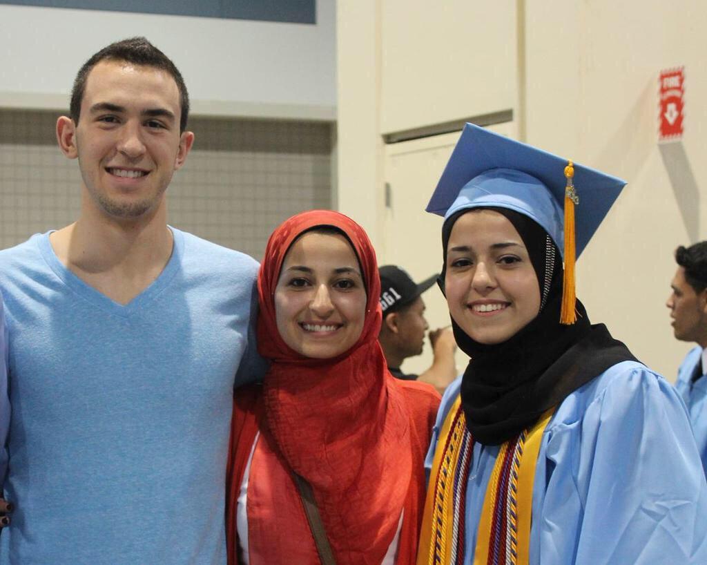 لوالإعلام الأمريكي يتجاهل مقتل ٣ مسلمين من إرهابي أمريكي   نحن نقدر نخليه تريندينق للعالم كله   #ChapelHillShooting http://t.co/6vhFubH6bN