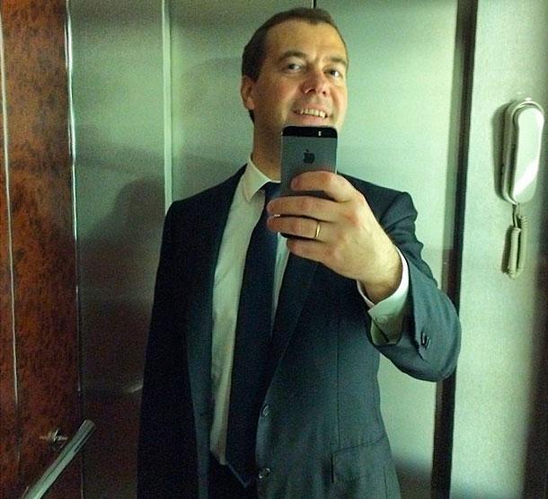 Наркологи зафиксировали рост зависимости москвичей от  селфи и социальных сетей. http://t.co/jLxYQYIOuz http://t.co/VuOtrzmjER