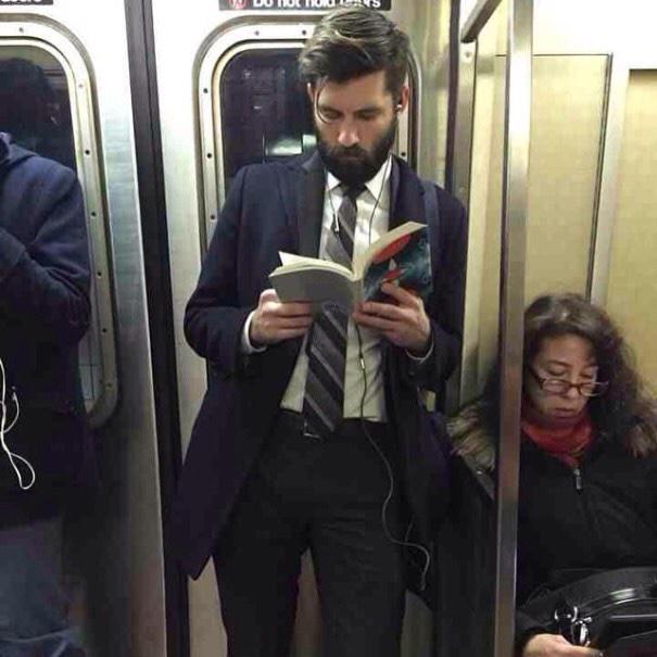 책 읽는 남자가 섹시하다는 게시물을 봤는데... 이건 책이 문제가 아니잖아? http://t.co/XoHGbhuprQ
