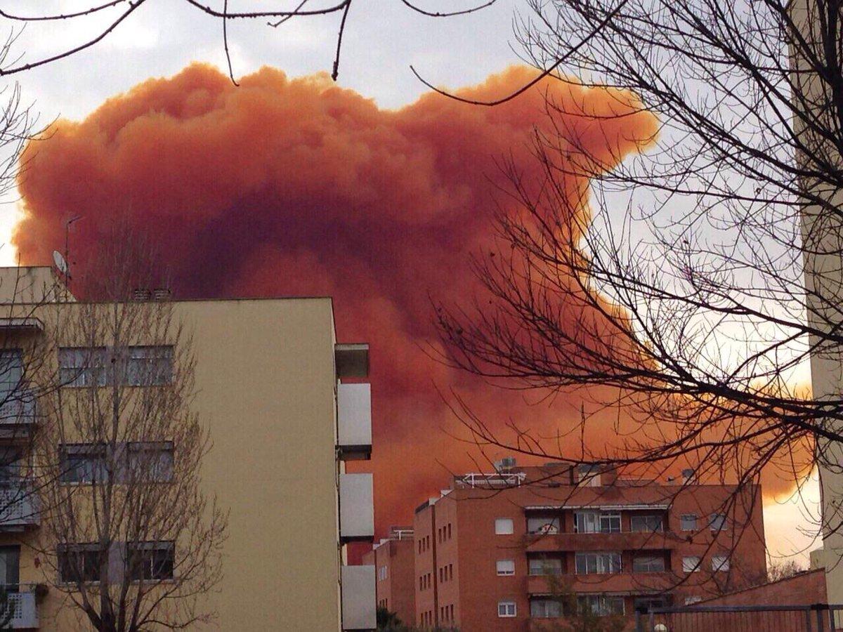FOTOGALERIA. Espectaculars imatges del nuvol tòxic d'Igualada http://t.co/YTSRwyNoq6 http://t.co/JOdjbr8sYA