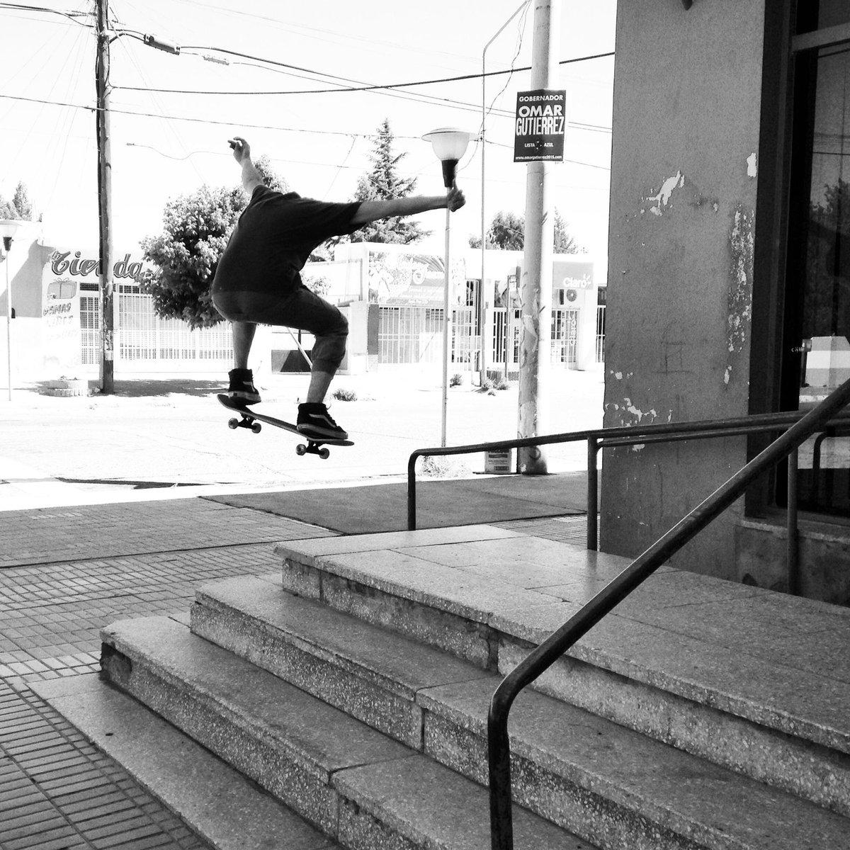 Movete y hace de la calle tu lugar como el skater Toto Long #LevisSkateboarding #LiveInLevis #LiveInLevisAR http://t.co/dgx49Agio1