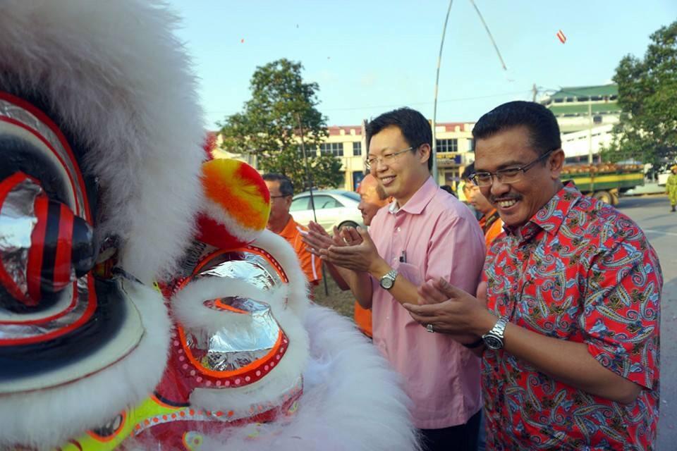 @LatiffBandi syabas! majlis muhibbah mendapat sambutan hangat semua masyarakat tempatan.  @khalednordin @NajibRazak http://t.co/MfBOukOlav