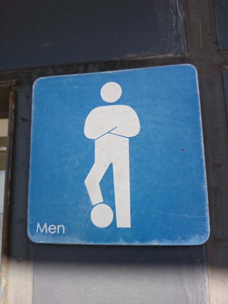 マリノスタウンにあるトイレの案内はサッカー仕様 http://t.co/fdkKKa72fT