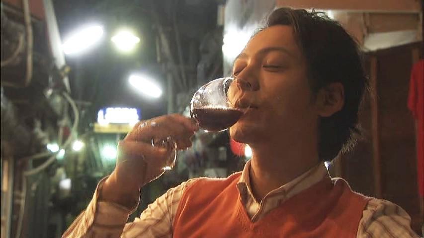 海軍の大尉さん、昔はワインがお好きなナルシストでしたよね〜いつのまにウィスキー党にに(笑) #マッサン #てっぱん http://t.co/h4YC7oPT3v