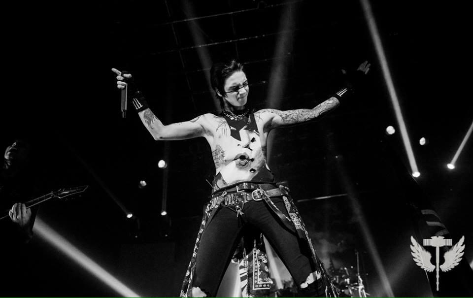 London Ontario tonight!! #TheBlackMass RT @mitchlafon Great shot of @AndyBVB in Montreal from Paul @Thorium_Mag  http://t.co/zyP63Pjjv9