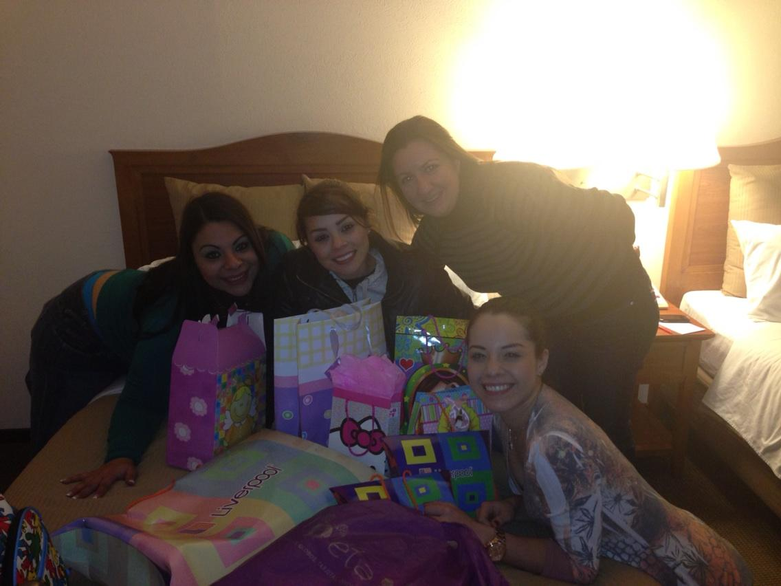 Ellas me ayudan a abrir los regalos para Bebe gracias  @ArelyTellez @gabyramiirezz @patriciaall @hilda_castillo http://t.co/BpO36tKw