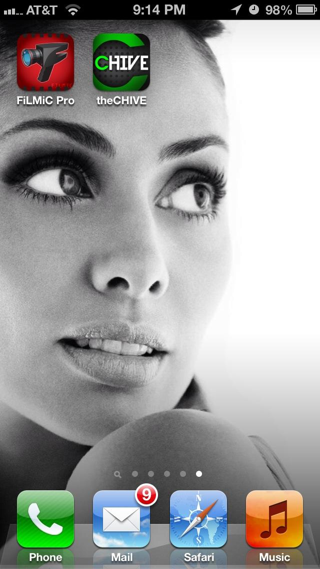 Wanted a B&W background for my phone and what do you know,I found an awesome @natimbruglia picture. http://t.co/IKYccqLw