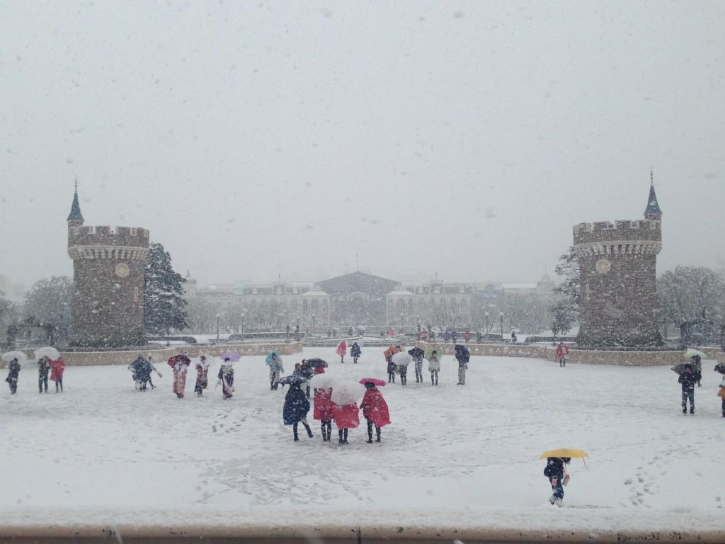 Tokyo Disney sous la neige ^^ BAifZz5CYAAr1f-
