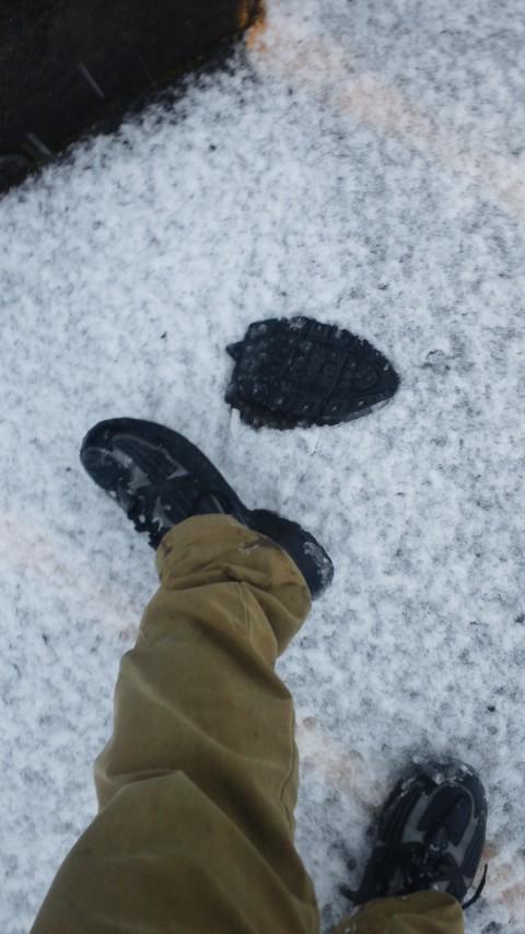 Mとし (@mtoshiiiii): 雪だからドロドロんなってもいい靴で出ようって古い運動靴で家出たら、靴底がとれた。素足雪道マン、誕生。 http://t.co/MRAGxyd7
