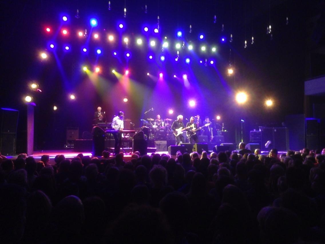 Een concert gebruiken als achtergrond voor je conversatie, is dat Twents of zo? #Doemaar #Enschede #tochwelgenoten http://t.co/5cCiAKjq