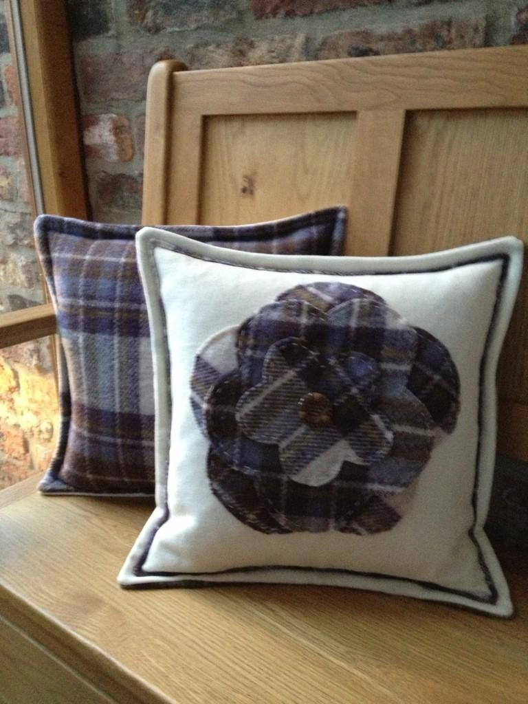 """RT @tillyssheffield: """"@SimplyCushions: Two more cushions go to a happy home ... http://t.co/aYv9Gqfe"""" LOVE these """