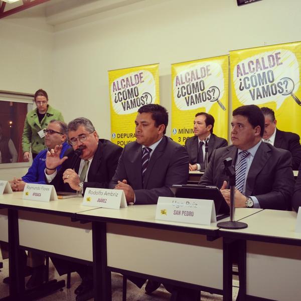 Les comparto una foto durante la reunión con mis compañeros alcaldes en el Programa ¿Cómo Vamos? http://t.co/8wiuh0Yv