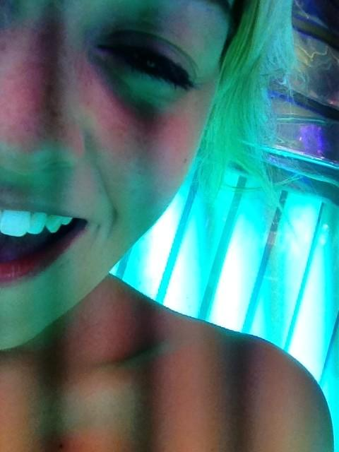 Tanning bed selfies lol what http://t.co/kXGQJIvq