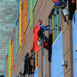RT @Fraank_Oceaan: Window washers at a children's hospital - This deserves endless retweets http://t.co/lYspZV4Y