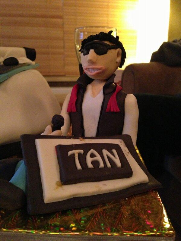 Tan Gazetesi (@TanGazetesi): Ve @DJYASINKELES in albüm kutlama pastasında Şekerden @TanTasci var!!! Sürprizler yolda!! http://t.co/ziMxl8xd