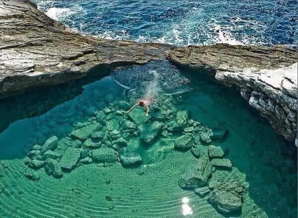Lago Giola, Thassos, Grecia. http://t.co/GTm2iw7Awk