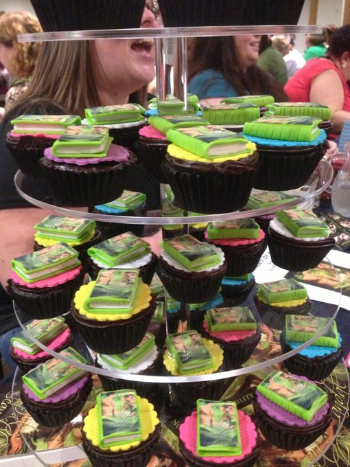 Danielle Lisle's cupcake stand - Photo by Donna Maree Hanson (via Twitter)