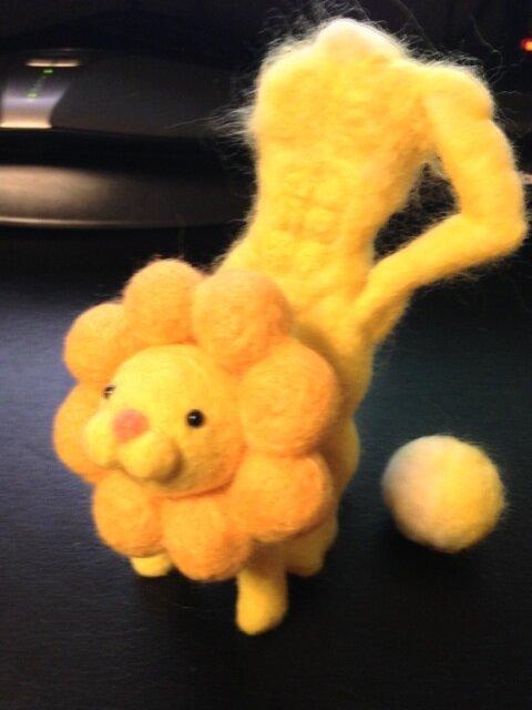 ねれ (@neleus_nico): 取り敢えず羊毛フェルトで作ったポンデライオンとリアルポンデ(製作途中)でもUP http://t.co/dEszqrYKQw
