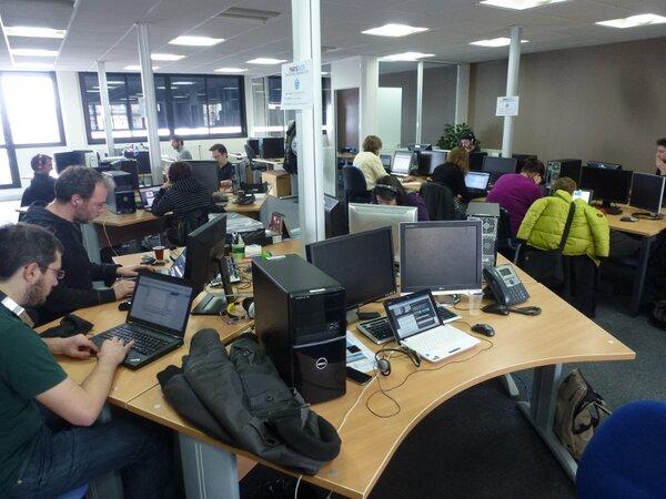 Les volontaires studieux relisant les transcriptions et intégrant les sous titrages des videos de Paris Web 2012