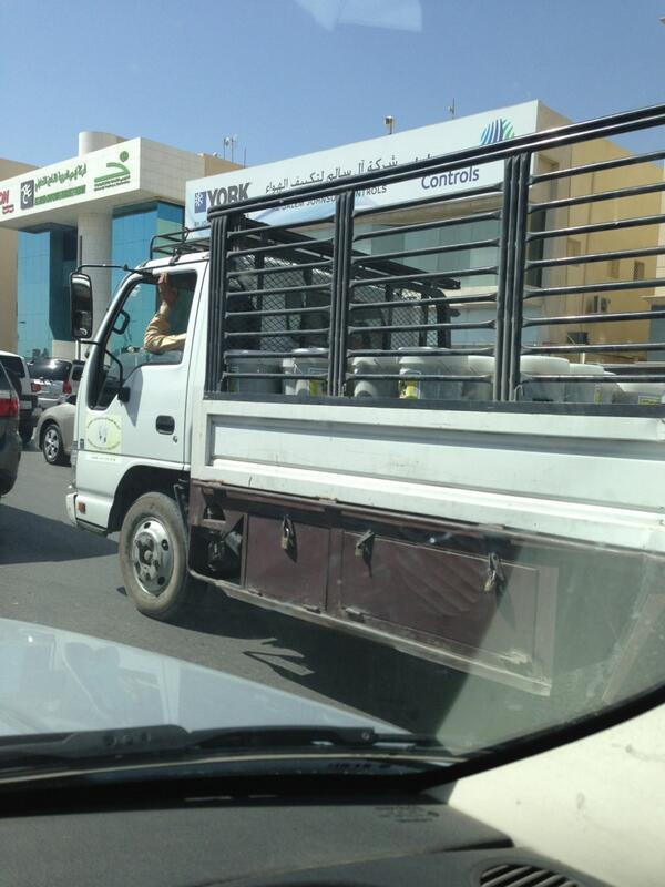 نـاصـر الـخلـيـف (@nkhulif): @ALMUSTAHLIK  شف كيف يتم نقل المواد الغدائيه الزيتون في الشمس والسيارة مكشوفة