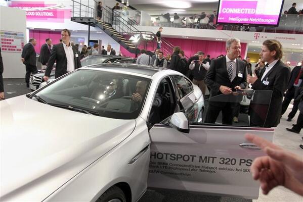 """Hotspot mit 320 PS - Das """"Connected Car"""" auf dem Messestand von T-Systems #CeBIT http://t.co/4alcAB1XEZ"""